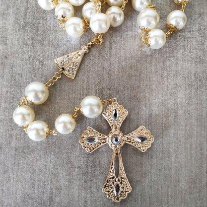 Rosário/ Terço de Pérolas Branca com detalhes em dourado e pedras Tam. G